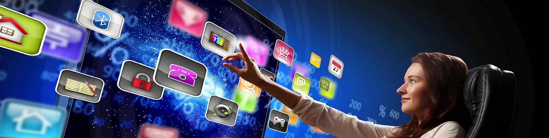 Imagen de una mujer tocando una pantalla táctil gigante con aplicaciones.