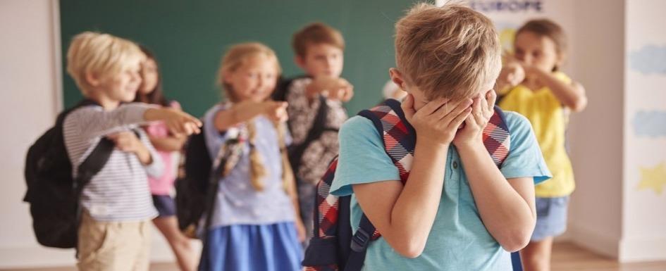 imagen de un grupo de niños burlándose de otro.