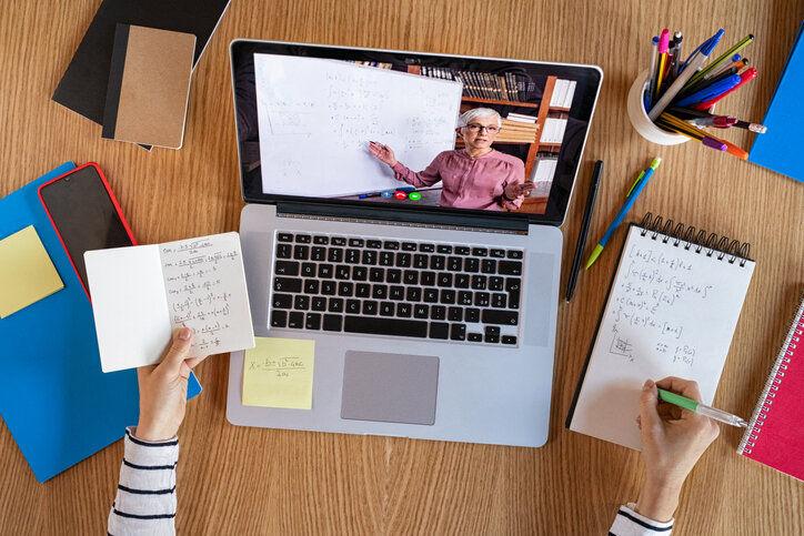 covid-19: imagen de una videoconferencia con un profesor en la pantalla del portátil.