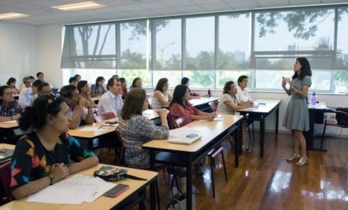 imagen de docentes asistiendo a una sesión de formación.