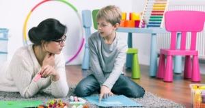 imagen de un nuño no verbal con su terapeuta.