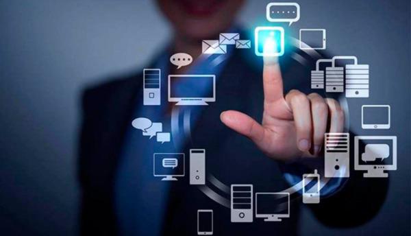 imagen de una persona haciendo uso de las TIC.