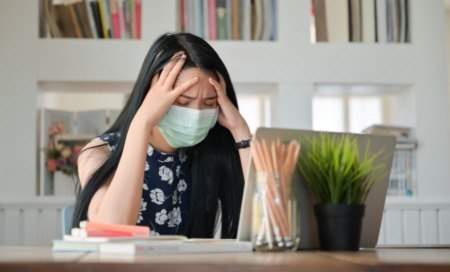 imagen de una persona abrumado por el estrés.