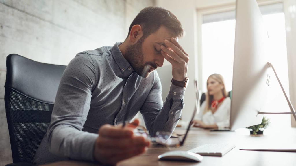 imagen de una persona abrumada por el estrés.