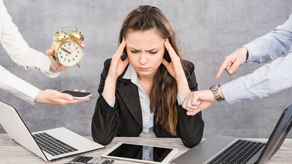 covid-19: imagen de una persona abrumada por el estrés.