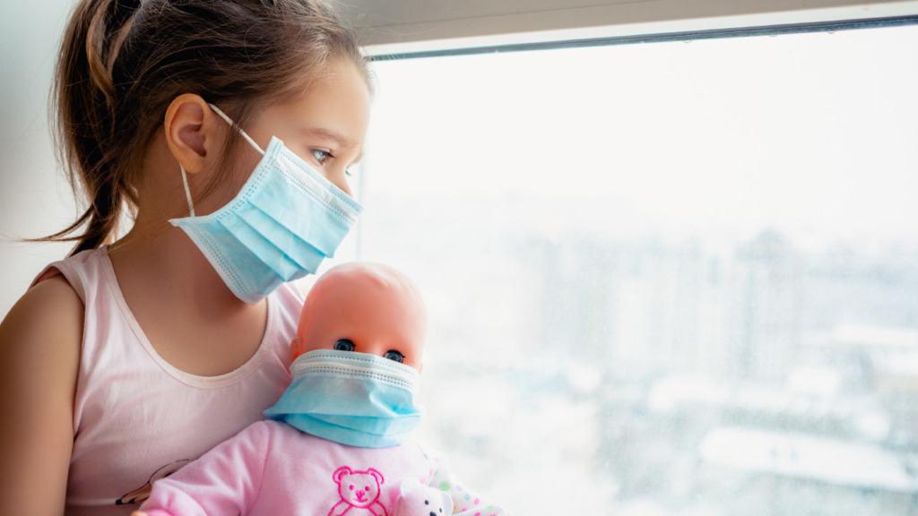 imagen de una niña y su muñeca con mascarilla.