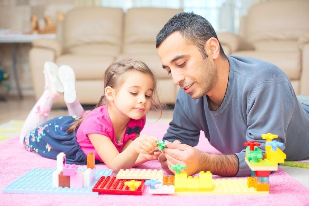 imagen de un padre jugando con su hija durante la pandemia de covid-19.