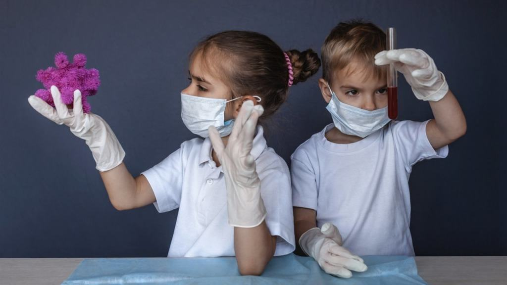 imagen de dos niños imitando a investigadores.