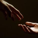 Imagen de dos manos de distintas personas rozándose simbolizando que aprenden a cuidar compasivamente.