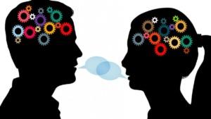 imagen de las siluetas de dos personas tratando de comunicarse.