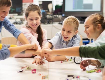 aprendizaje cooperativo: imagen de niños haciendo trabajo cooperativo.