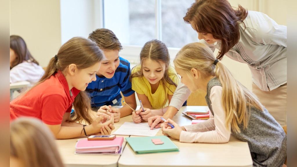 imagen de niños haciendo trabajo cooperativo.