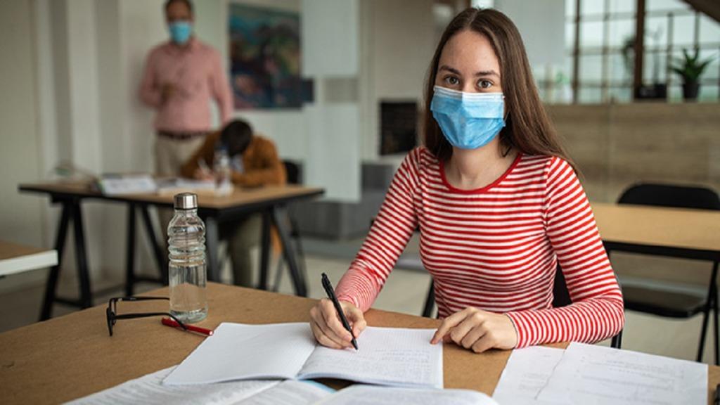 covid-19: imagen de una estudiante frente a sus tareas.