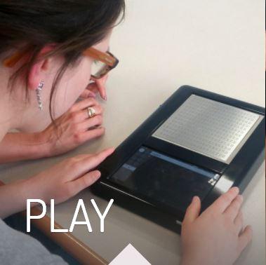 Blitab juegos. Joven interactuando con la tableta.
