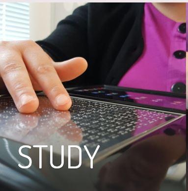Blitab estudio. Persona estudiando con tableta.