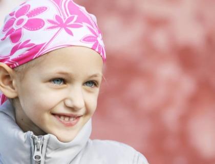 imagen de una niña con cáncer.