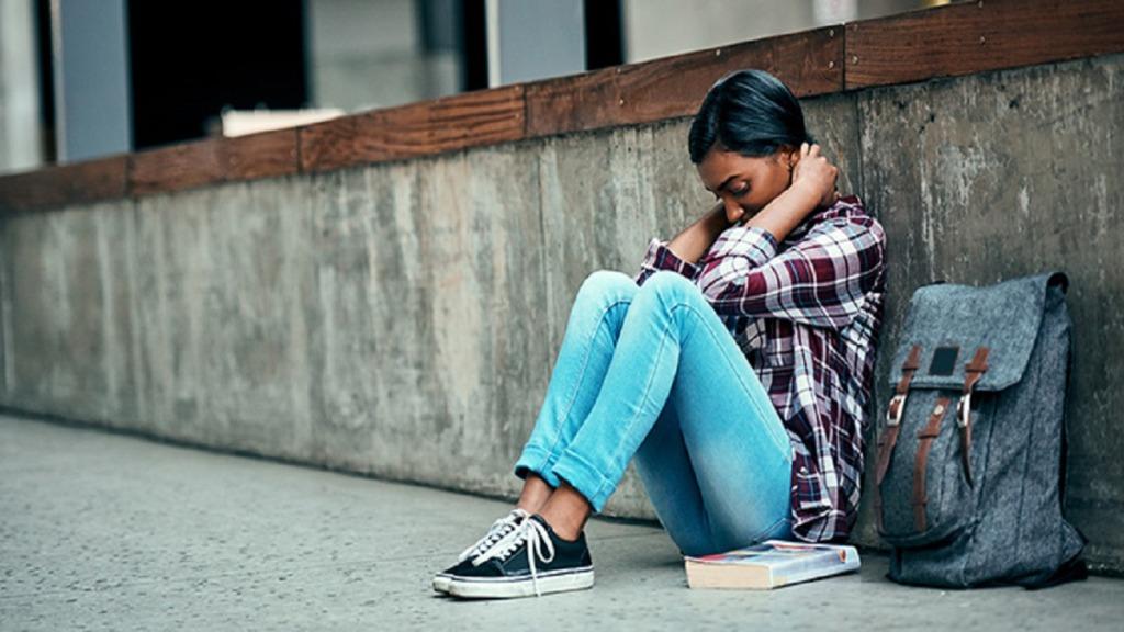 covid-19: imagen de una estudiante con problemas mentales.