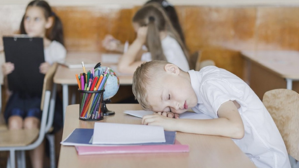imagen de un niño mostrando malas conductas en el aula.