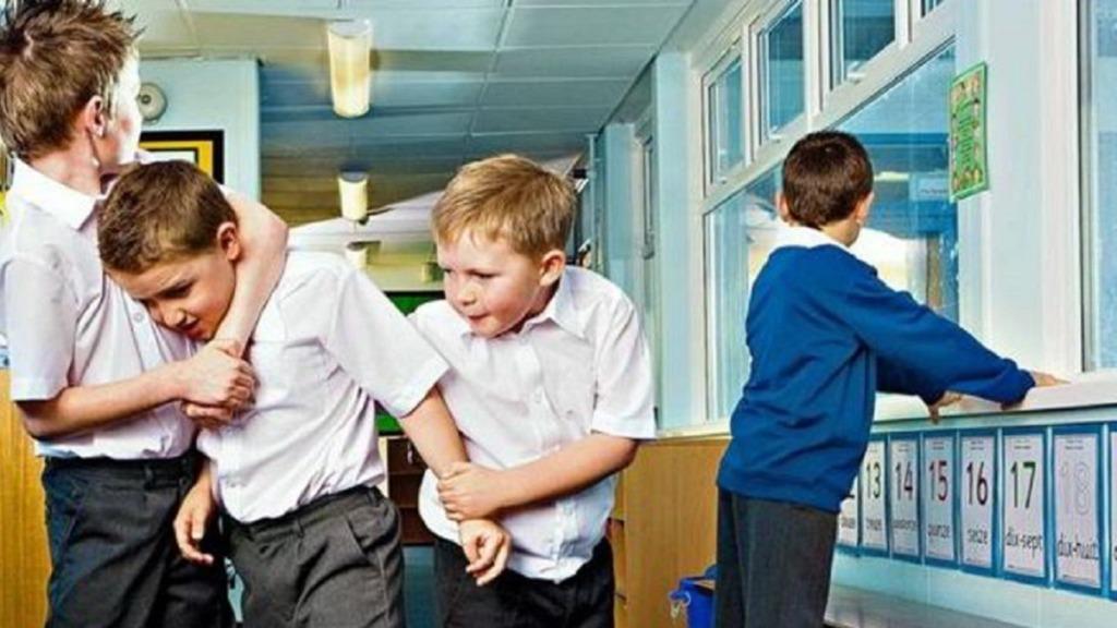 imagen de unos niños mostrando malas conductas en el aula.