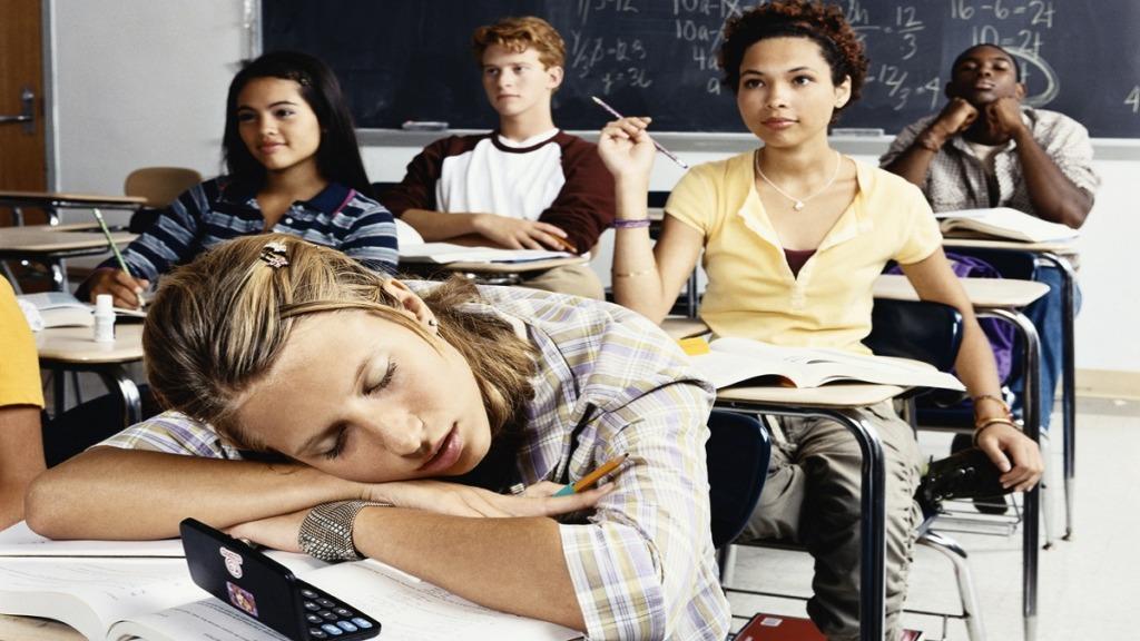 imagen de una adolescente mostrando malas conductas en un aula de estudiantes de secundaria.
