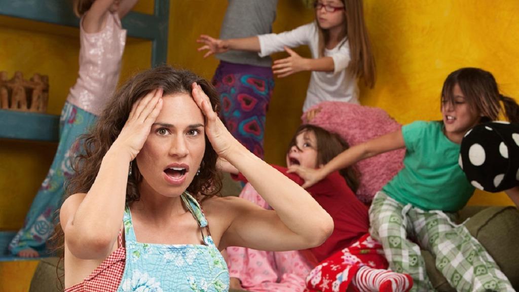 imagen de una profesora con sus alumnas mostrando malas conductas en el aula.