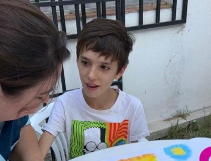 imagen de un niño con condición del espectro autista.