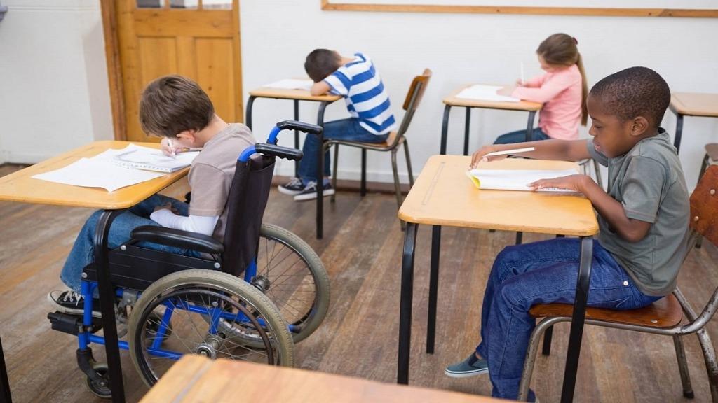 imagen de un ejemplo de educación inclusiva que muestra un niño en silla de ruedas en un aula.