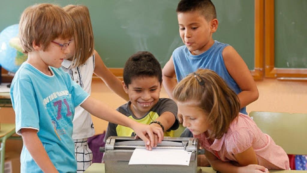 imagen de un ejemplo de educación inclusiva: niño ciego en un aula.