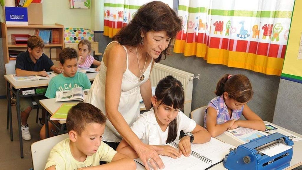imagen de un ejemplo de educación inclusiva: niña ciega en un aula.