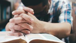 imagen de una persona rezando.