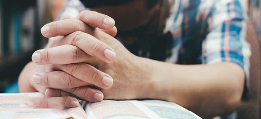 covid-19: imagen de una persona rezando.