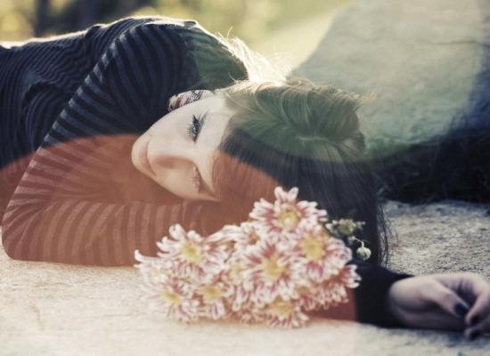 covid-19: imagen de personas afrontando el duelo por la pérdida de un ser querido.