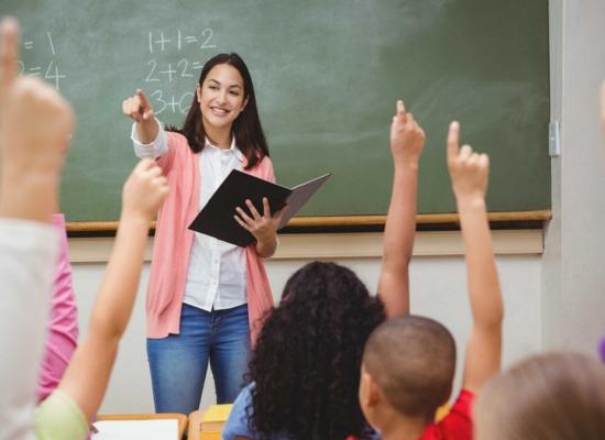 imagen de una profesora ejerciendo el liderazgo docente.
