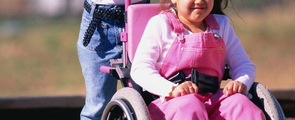 imagen de una niña con problemas de movilidad sentada en una silla de ruedas.