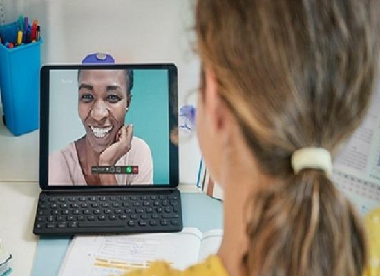 imagen de una alumna escuchando a su profesora desde un portátil.
