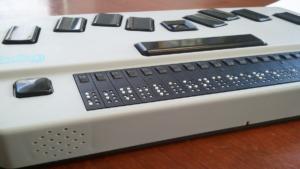 Tiflotecnología: imagen de una línea braille.