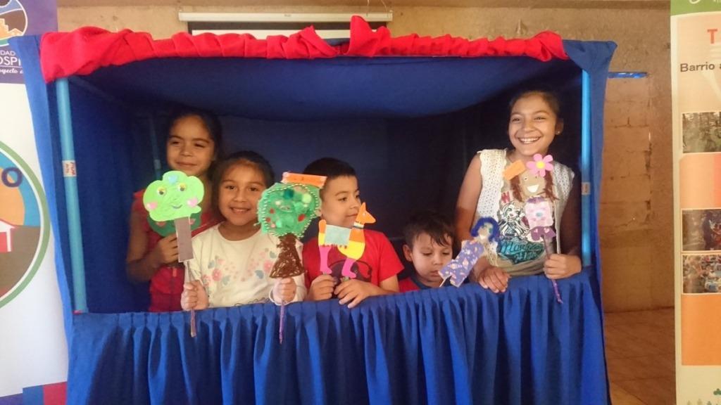 imagen de unos niños con títeres en las manos.