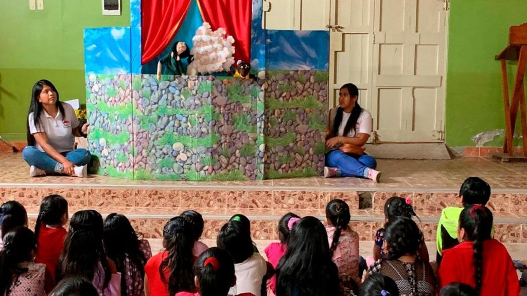 imagen de una representación con títeres en una escuela.