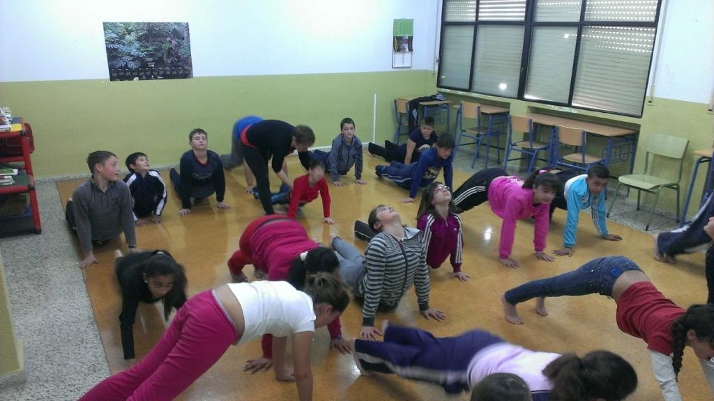 imagen de niños practicando yoga en un aula.