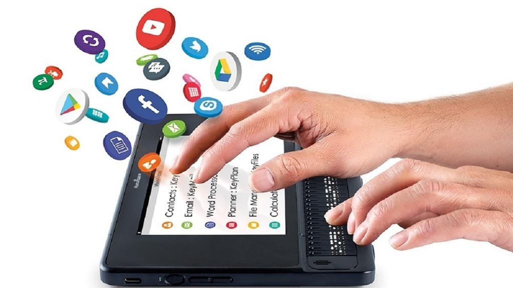 manos sobre tableta braillenote touch plus