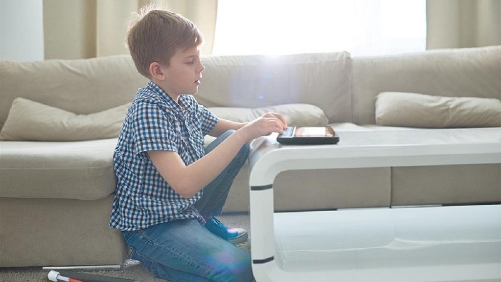 niño en casa con su tableta braillenote touch plus