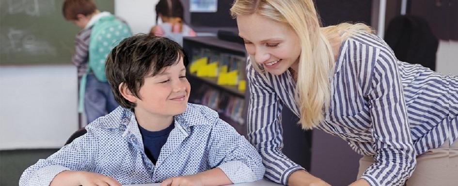 niño ciego con su profesora y tableta braillenote touch