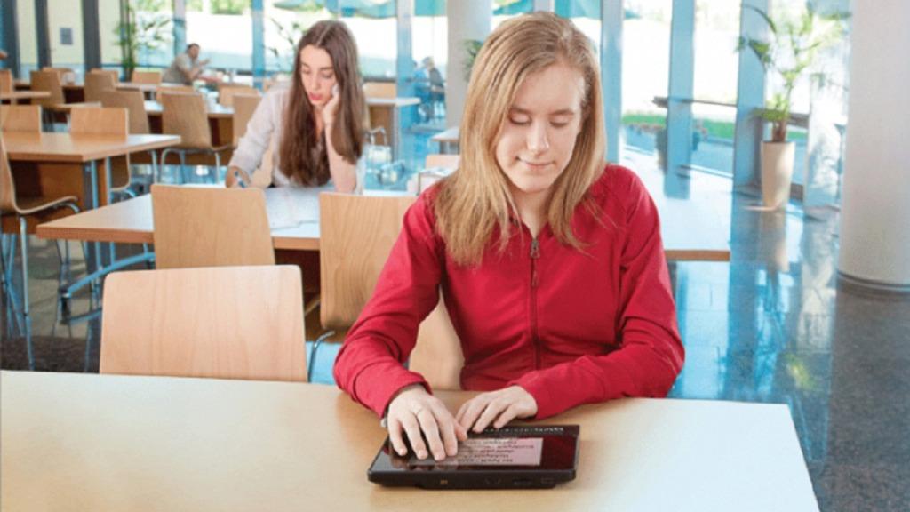 Joven con su tableta Braillenote Touch plus
