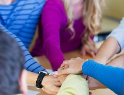 humanismo y solidaridad: imagen de manos entrelazadas