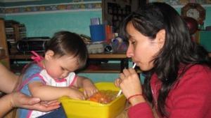imagen de niños con discapacidad visual jugando con pompas de jabón