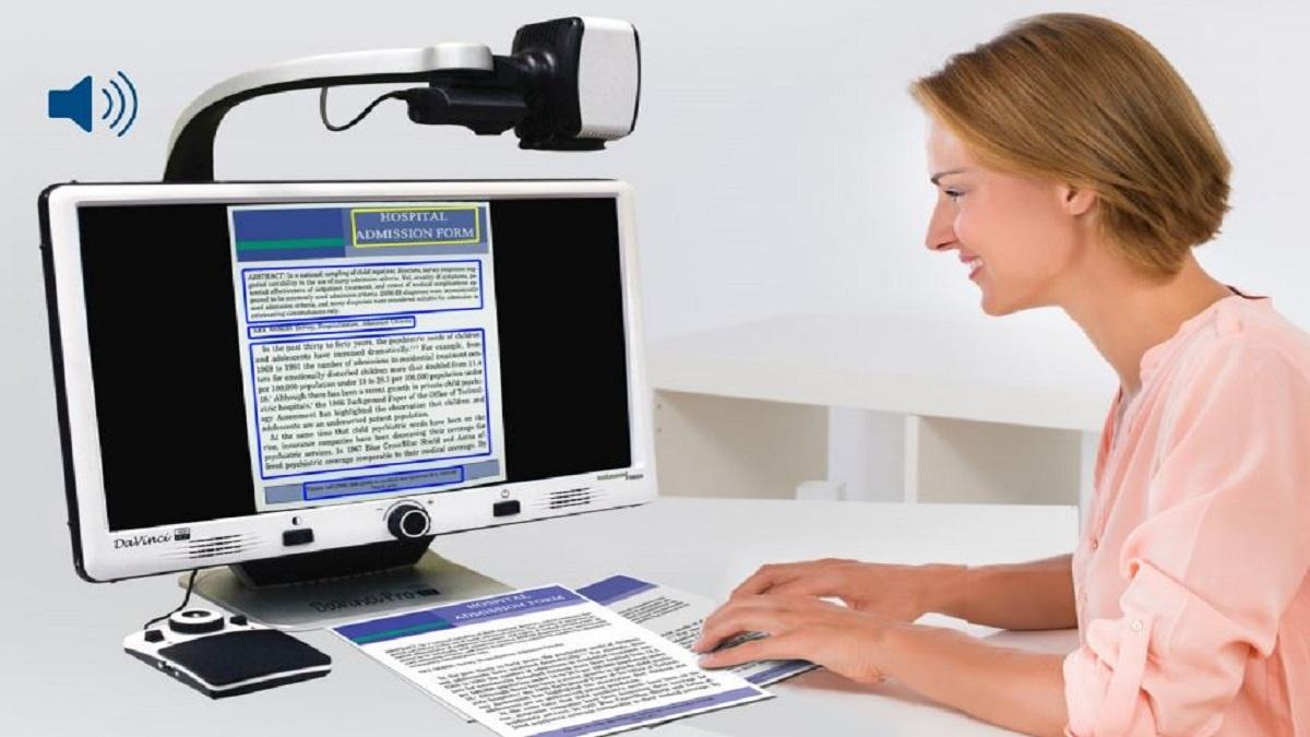 imagen de una mujer usando DaVinci Pro HD para leer un documento