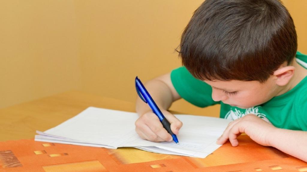 imagen de un niño aprendiendo escritura a mano