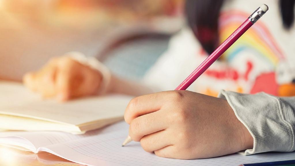 imagen de la mano de una niña aprendiendo escritura a mano