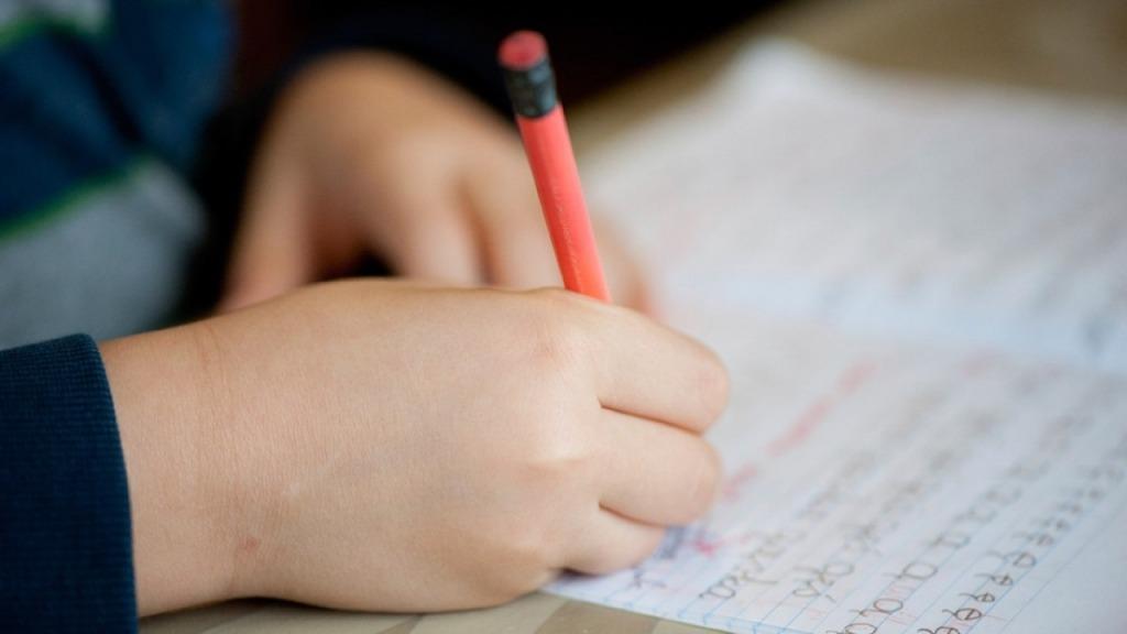 imagen de la mano de un niño aprendiendo escritura a mano