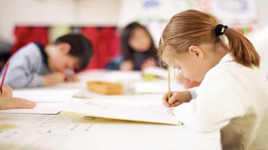 imagen de una niña aprendiendo escritura a mano